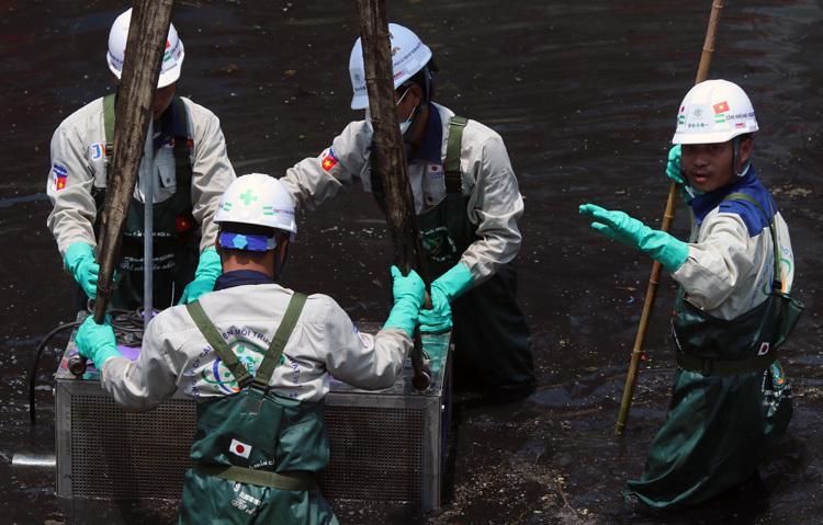 Lắp đặt thiết bị xử lý ô nhiễm sông Tô Lịch bằng công nghệ Nhật Bản. Ảnh: Võ Hải.