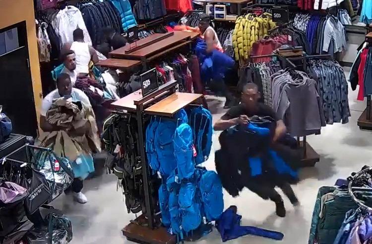 Cảnh sát nhận xét vụ cướp như màn nhảy flashmob. Ảnh cắt từ video.