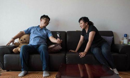 Chị Huynh Thi Thai Muoi, 23 tuổi, (trái) bên cạnh người chồng Hàn Quốc 43 tuổiKim Kyeong-Bok Gwangju