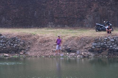 Nhiều đoạn bờ kè Kinh thành Huế bị hư hỏng. Ảnh: Võ Thạnh