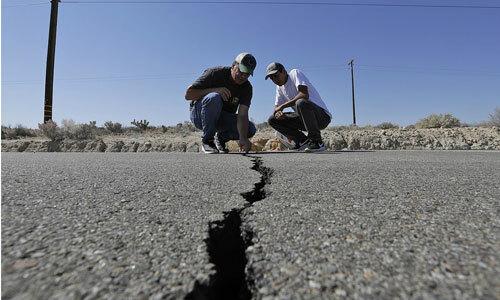 Một con đường bị tàn phá bởi trận động đất tại California ngày 4/7. Ảnh: AP.