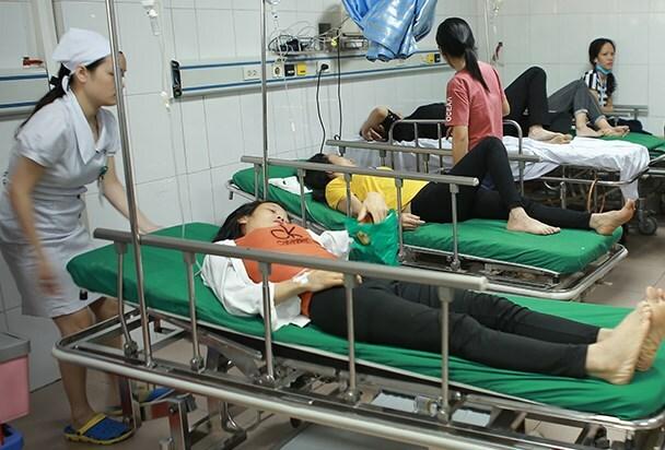 Các công nhân cấp cứu tại bệnh viện. Ảnh: Nguyễn Hải.