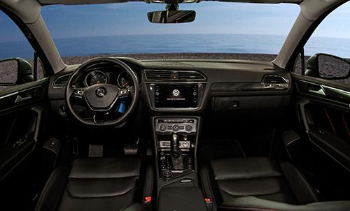 Khoang lái tiện nghi với vô lăng bọc da điều chỉnh 4 hướng, tự động thu lại khi va đập.