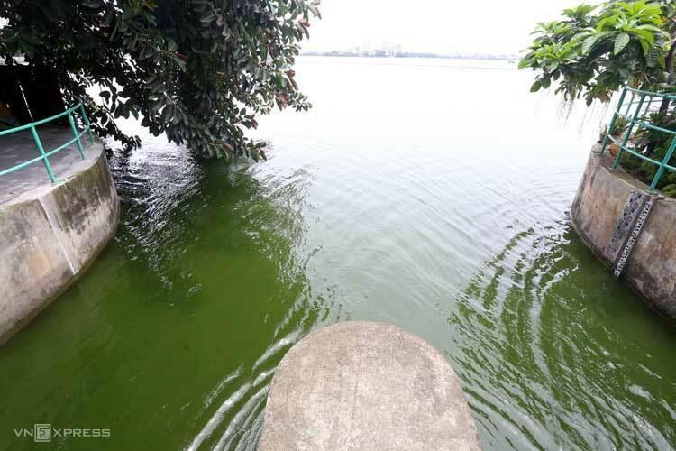 Hia cửa xả ở phố Trích Sài, Tây Hồ được mở từ 9h30 sáng nay. Ảnh: Bá Đô