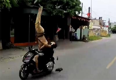 Thượng úy Nguyễn Trọng Quý bị hất tung lên rồingã xuống đường bất tỉnh. Ảnh: Giang Chinh