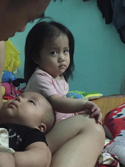 Bé gái giận ra mặt vì bố mải bế em - 1