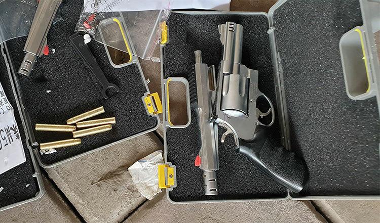 19 khẩu súng tự chế có đạn bên trong được đóng vào các hộp nhựa. Ảnh. Phương Sơn