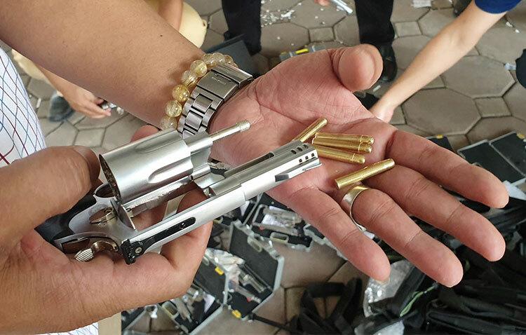 Súng ngắn loại nhỏ bằng kim loại và có đạn đồng kèm theo. Ảnh: Phương Sơn