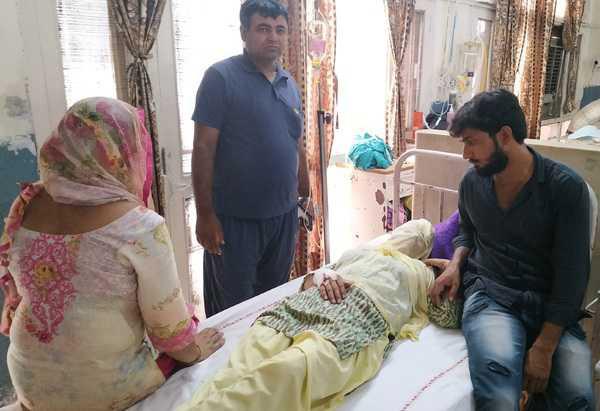 Cô giáo Mukesh Kumari (nằm) bên cạnh người thân trong bệnh viện. Ảnh: Tribune India.