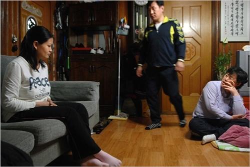 To Thi Vien (trái), mất 5 ngày để quen biết và kết hôn với Kim Wan-su (giữa), năm 2008. Tới Hàn Quốc, cô sống cùng mẹ và chị chồng ở thành phố gần Seoul. Ảnh: NYT.