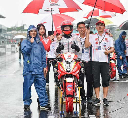 Đội đua Honda Racing Vietnam trước giờ thi đấu.
