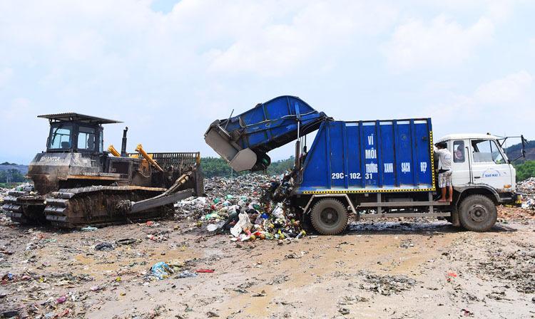 Xử lý rác bằng chôn lấp ở bãi rác Nam Sơn (Hà Nội). Ảnh: Giang Huy