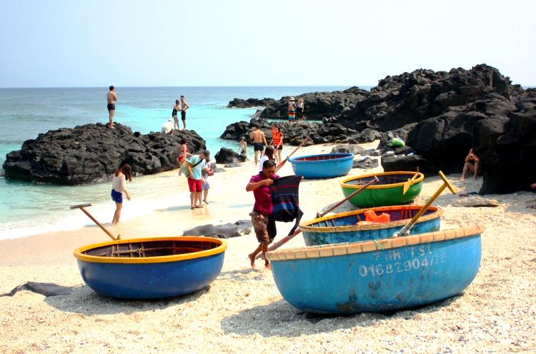 Bãi tắm ở du khách có dịch vụ chèo thuyền thúng ngắm san hô. Ảnh: Phạm Linh.