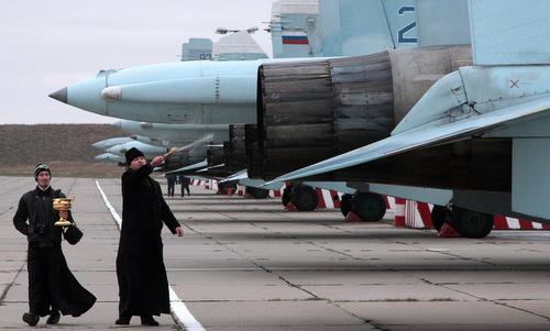 Giáo sĩ Nga vẩy nước thánh cho tiêm kích Su-27 hồi năm 2017. Ảnh: MNA.