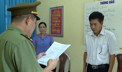 Ông Trần Xuân Yến nhận tống đạt quyết định khởi tố bị can. Ảnh: Công an Sơn La.