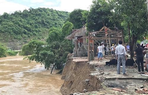 Người dân huyện Tương Dương tháo nhà ngày 31/8/2018 khi nước lũ ngoạm tới móng. Ảnh: Nguyễn Hải.