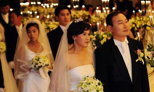 Đám cưới tập thể của 22 đôi vợ chồng, trong đó chú rể là người Hàn Quốc, cô dâu là người Campuchia, Việt Nam, Philippines và Trung Quốc, tại quận Gangnam, thủ đô Seoul hồi tháng 10/2010. Ảnh: Korea Times.