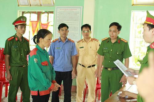 Bà Hảo (thứ hai từ trái qua) nghe cơ quan điều tra đọc lệnh bắt. Ảnh: X.H