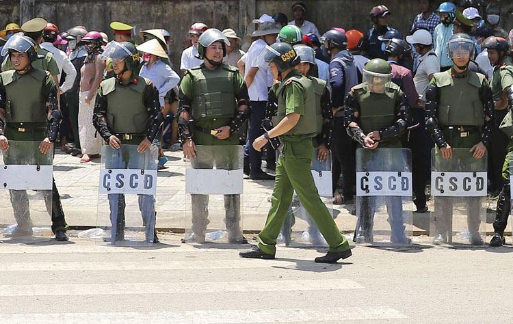 Đà Nẵng huy động cảnh sát cơ động để vãn hồi trật tự đường vào bãi rác Khánh Sơn hôm 8/7. Ảnh:Nguyễn Đông