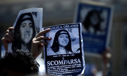 Người biểu tình cầm áp phích in ảnh Emanuela Orlandi kèm chữ mất tích khi Giáo hoàng Regina Coeli chủ trì lễ cầu nguyện tại quảng trường St.Peter ở Vatican hôm 27/5/2012. Ảnh: AFP.