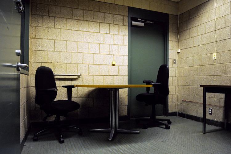 Phòng thẩm vấn được thiết kế để gây áp lực vô hình lên nghi phạm.
