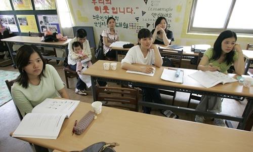 Các phụ nữ ngoại quốc học tại một lớp giao tiếp tiếng Hàn tại Trung tâm Nhân quyền cho Phụ nữ Nhập cư ở Seoul năm 2008. Ảnh: Reuters.