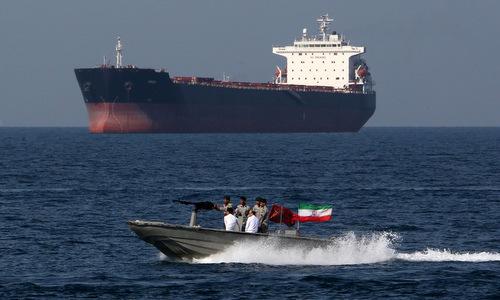 Xuồng vũ trang Iran di chuyển trên eo biển Hormuz hồi cuối tháng 4/2019. Ảnh: AFP.