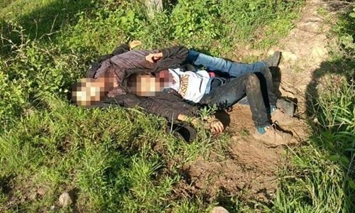 Cristian nằm trong vòng tay người cha đã chết bên vệ đường ở bang Morelos, Mexico hôm 6/7. Ảnh: CNN.