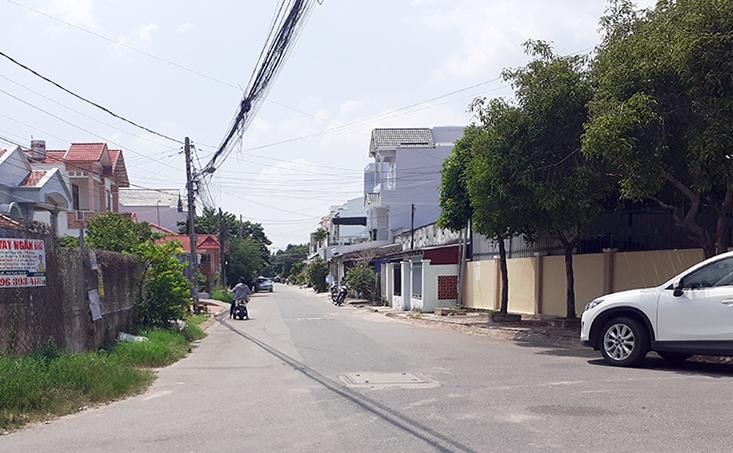 Đường Huỳnh Thị Khá - nơi hai nghi phạm đón taxivào TP HCM sau khi leo tường nhà giam (phải)thoát ra ngoài. Ảnh: Tư Huynh.