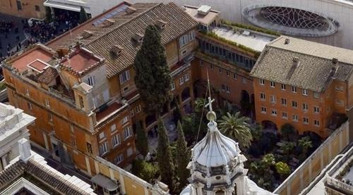 Nghĩa trang Teutonic nhìn từ đỉnh Nhà thờ thánh St.Peter ở Vatican hôm 13/2/2013. Ảnh: CBS.