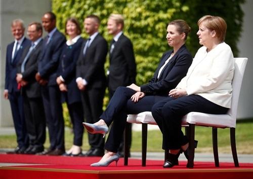Thủ tướng Đức Angela Merkel (áo trắng) và bên cạnh là Thủ tướng Đan Mạch Mette Frederiksen tại phủ thủ tướng ở Berlin hôm nay. Ảnh: Reuters.