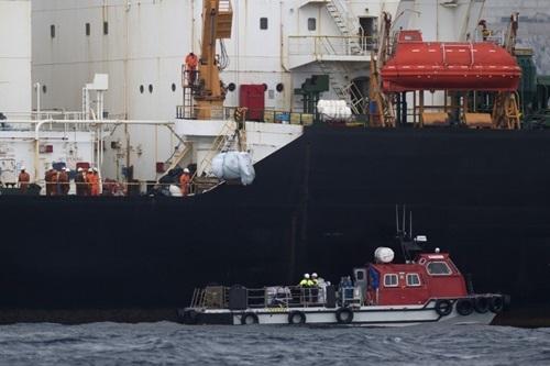 Thuyền viên trên tàu chở dầu Grace 1 ngoài khơi Gibraltar hôm 6/7. Ảnh: AFP.