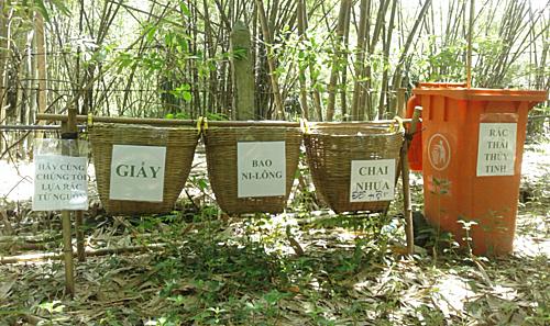 Phân loại rác tại Bảo Tàng Sinh Thái Tre Phú An, xã Phú An, huyện Bến Cát, tỉnh Bình Dương. Ảnh:Hoàng Văn Hào.