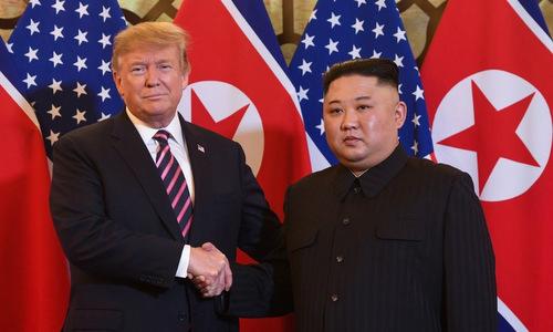 Trump (trái) và Kim tại hội nghị thượng đỉnh Mỹ - Triều lần hai hôm 27/2. Ảnh: AFP.