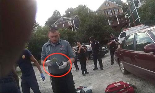 Nhân viên cứu trợ y tế khẩn cấp kẹptiền mặt vàotrong chiếc ví của nạn nhân hôm 19/6. Ảnh: Sở cảnh sát Atlanta.