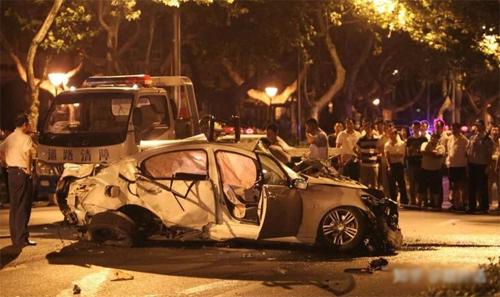 Chiếc BMW bốc cháy ngay sau va chạm và khiến hai trong số