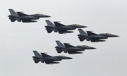 Phi đội tiêm kích F-16A/B Đài Loan bay biểu diễn hồi năm 2018. Ảnh: Nikkei.