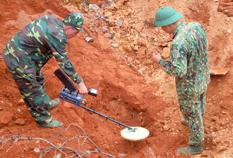 Công binh dò tìm vật liệu nổ xung quanh khu vực phát hiện đạn cối. Ảnh: Hoài Thanh.