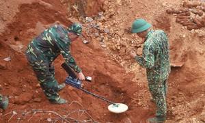 Công binh tháo gỡ 80 quả đạn cối dưới chân đèo Bảo Lộc