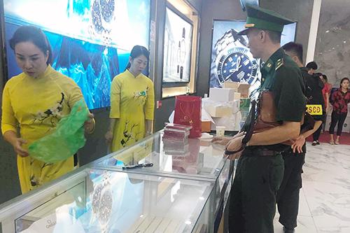Cơ quan chức năng kiểm tra nguồn gốc các loại hàng hóa tại Trung tâm mua sắm ASEAN. Ảnh: Minh Cương