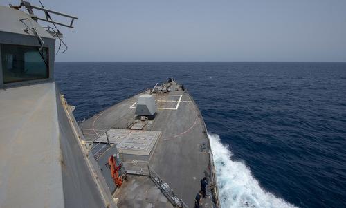 Tàu khu trục Mỹ di chuyển gần eo biển Hormuz hồi cuối tháng 6. Ảnh: US Navy.