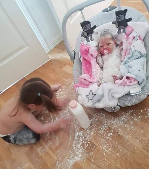 Người em bé đầy phấn rôm.