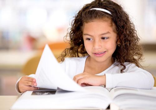 Phụ huynh nên khuyến khích trẻ tìm hiểu qua sách vở. Ảnh: Parentedge