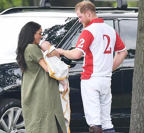 Meghan bế con trai Archie Harrison đến một sự kiện thể thao từ thiện để ủng hộ chồng, Hoàng tử Harry.