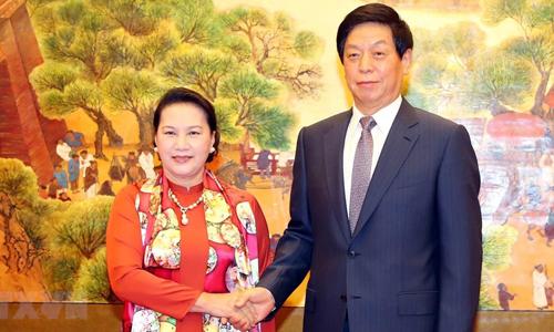 Chủ tịch Quốc hội Trung Quốc Lật Chiến Thư, phải, đón người đồng cấp Việt Nam ngày 11/7. Ảnh: TTXVN.