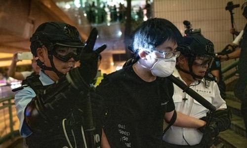 Người biểu tình bị cảnh sát giải đi ở Sheung Shui ngày 13/7. Ảnh: AFP.