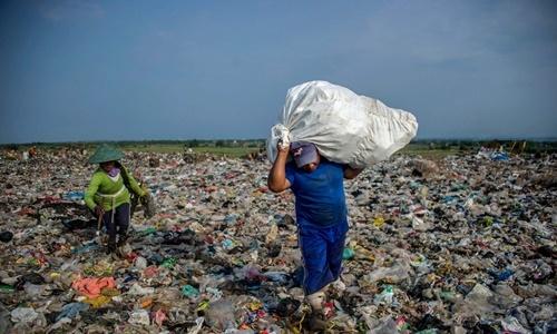 Người nhặt rác tại bãi rác Sidoarjo ở Đông Java, Indonesia. Ảnh: AFP.