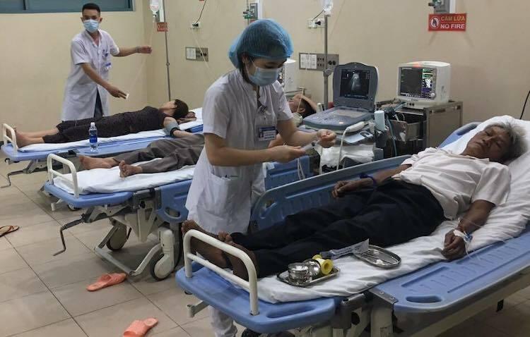 Các bệnh nhân nhập viện do bị ngộ độc thức ăn. Ảnh: Công Bằng