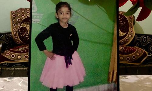 Di ảnh của bé Gurupreet Kaur trong phòng khách gia đình. Ảnh: CNN
