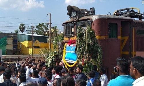 Chuyến tàu đầu tiên chở nước về thành phố Chennai ngày 12/7. Ảnh: CNN.